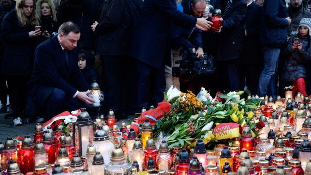 Prezydent Duda przed ambasadą Francji