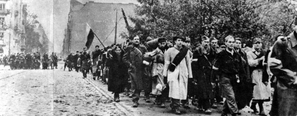 Oddziały Armi Krajowej opuszczają miasto po kapitulacji