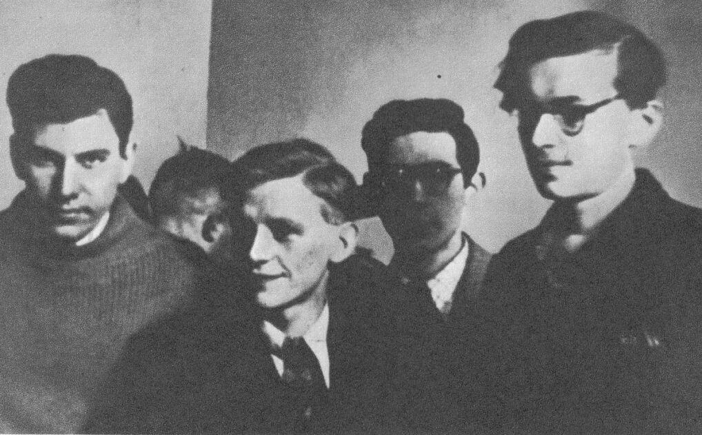 """Jan Bytnar """"Rudy"""" (drugi od lewej) razem z kolegami w czasie okupacji"""