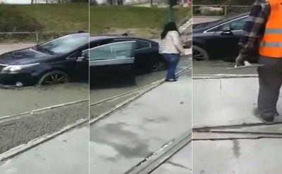 Skręciła w świeżo wybetonowaną ulicę