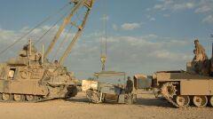 Według krytyków szkolenie nowych amerykańskich czołgistów niedostatecznie przygotowuje ich do codziennej obsługi czołgu. Tutaj wymiana turbiny gazowej napędzającej M1 Abrams