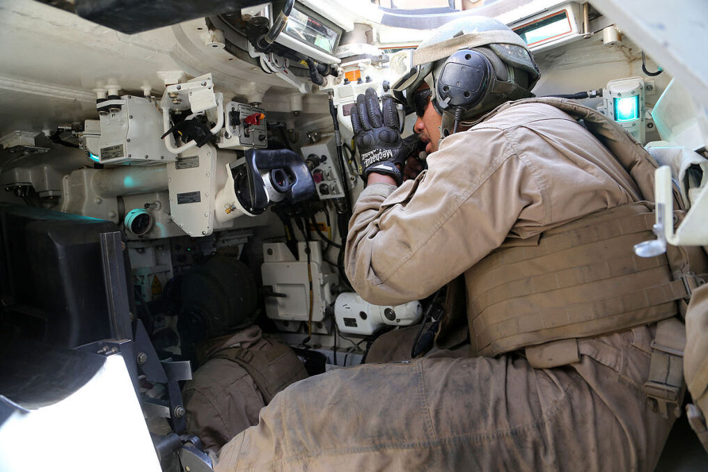 Dowódca czołgu M1 Abrams Korpusu Piechoty Morskiej. W jego nogach siedzi celowniczy. Marines dysponują najstarszymi Abramsami w wersji M1A1, co widać po analogym sprzęcie obserwacyjnym dowódcy