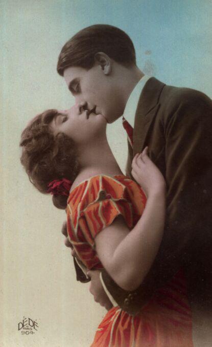 Całująca się para, kobieta odchylona do tyłu