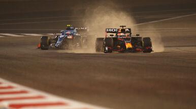 Mocne otwarcie Verstappena w Bahrajnie. Mercedes z problemami