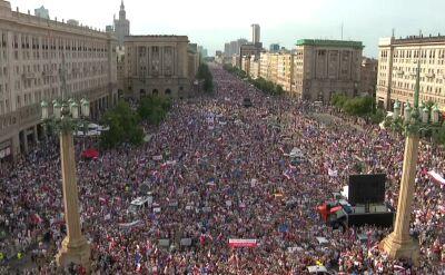 Tłumy na Placu Konstytucji w Warszawie