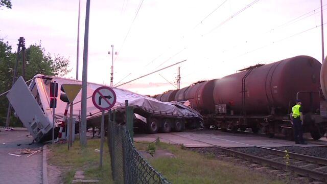 Pociąg przeciął ciężarówkę na pół. Prokuratura chce aresztu dla kierowcy tira