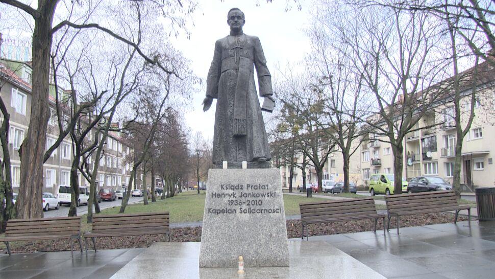 """Żądają usunięcia pomnika księdza Jankowskiego. Po reportażu w """"Dużym Formacie"""""""