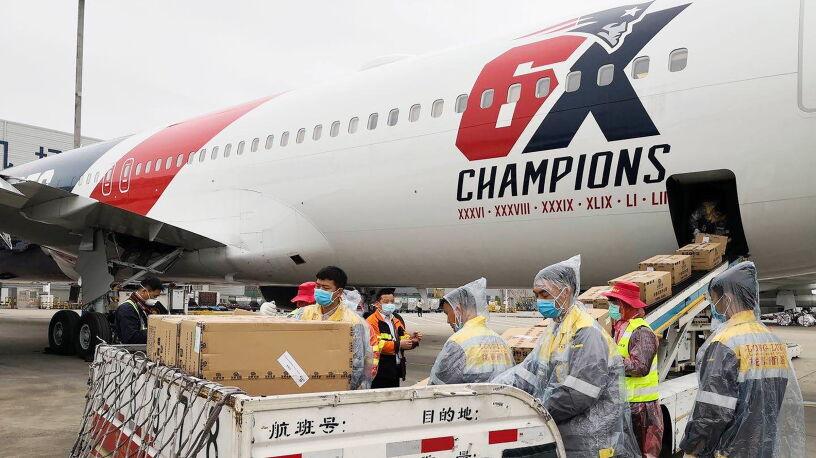 """Klubowy samolot w """"akcji humanitarnej"""". Przewieźli ponad milion masek z Chin do USA"""