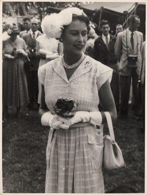 Podczas garden party, 1954