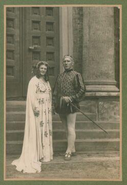 Autorami jest para przedstawiona na zdjęciu