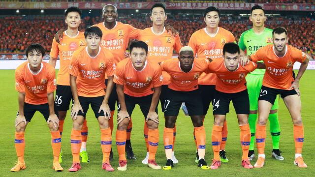 """Piłkarze z Wuhan wylądowali w Hiszpanii. """"Przybyli sobie spokojnie na zgrupowanie"""""""