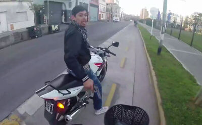 Groził bronią rowerzyście i chciał go okraść. Napad w oku kamery