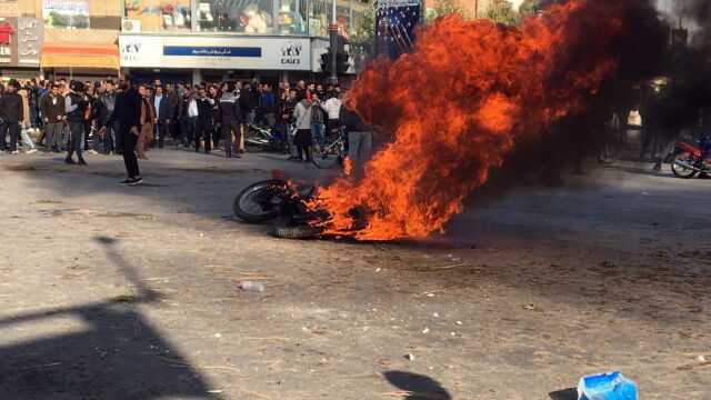 """Amerykanie potępiają użycie """"śmiercionośnej siły"""" w Iranie. Odpowiedź Teheranu"""