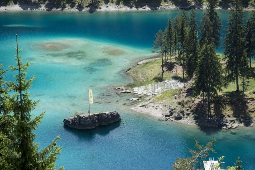 Jezioro Cauma, Szwajcaria. W kraju panuje słoneczna pogoda.