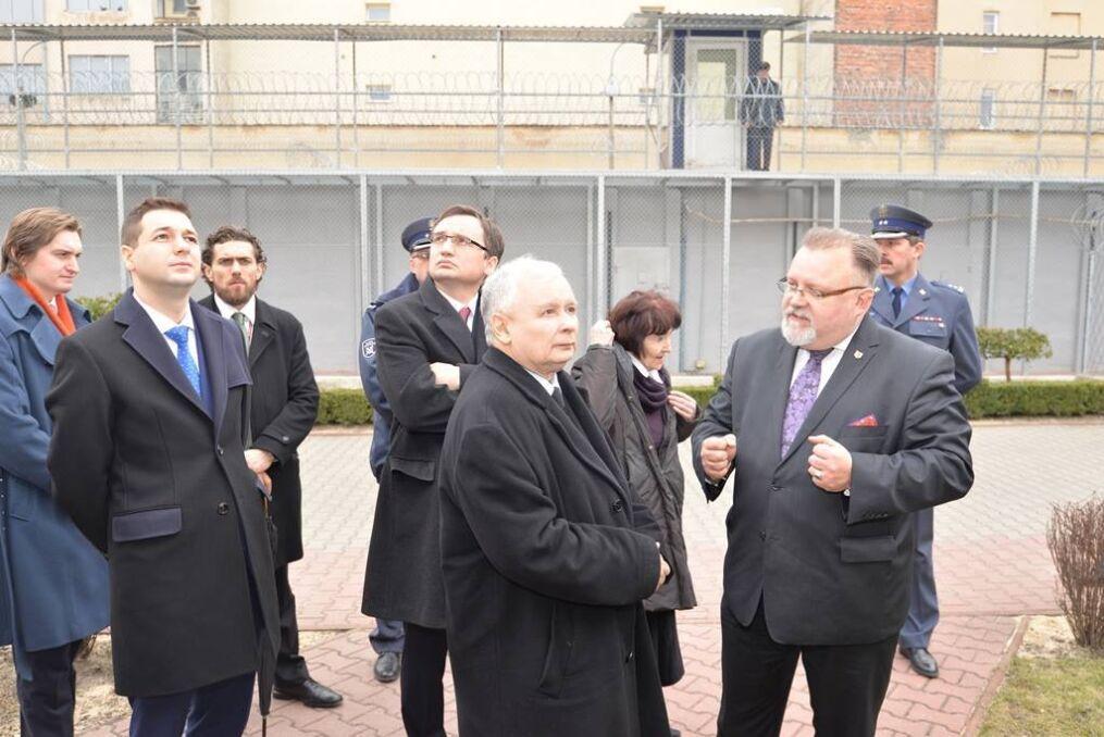 Magazyn   Patryk Jaki z ministrem sprawiedliwości,prokuratorem generalnym, Zbigniewem Ziobro orazprezesem Prawa i Sprawiedliwości, luty 2016 r.