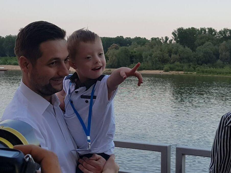 Magazyn   Patryk Jaki z synem nad Wisłą, maj 2018 r.