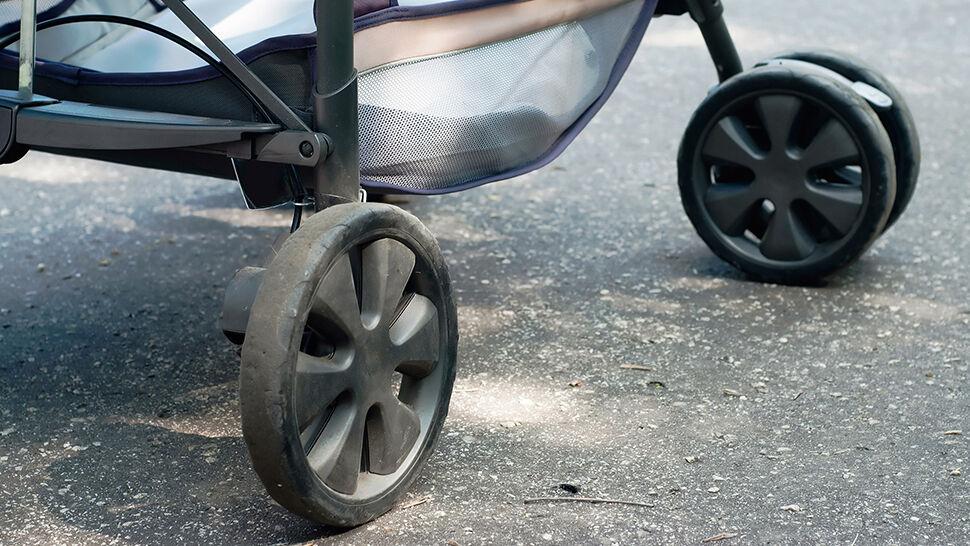 Wiózł na kierownicy roweru koleżankę, wjechał w wózek z dzieckiem