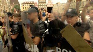 Policja między dwoma zgromadzeniami w czasie promocji książki byłego księdza