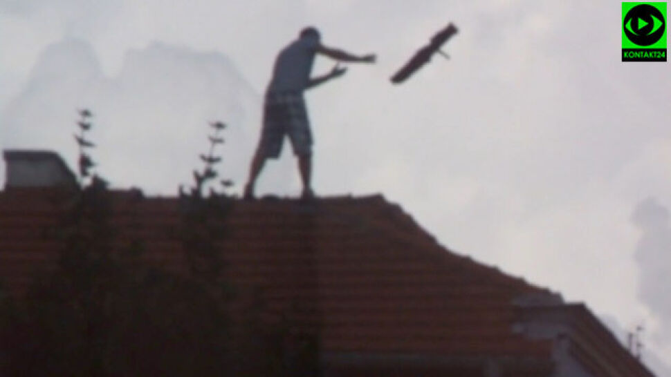 Wszedł na dach, zrywał dachówki  i rzucał na chodnik. Trafił do aresztu