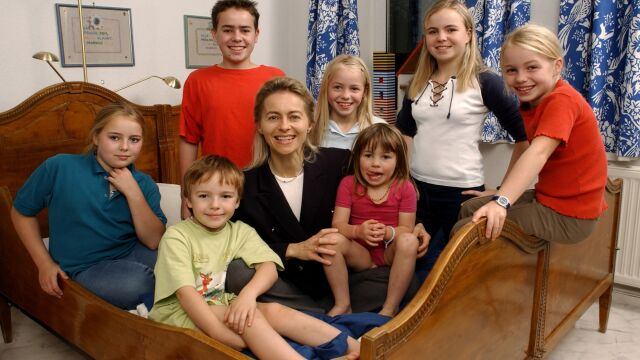Matka siedmiorga dzieci, minister obrony, lekarka i ekonomistka. Kim jest Ursula von der Leyen?