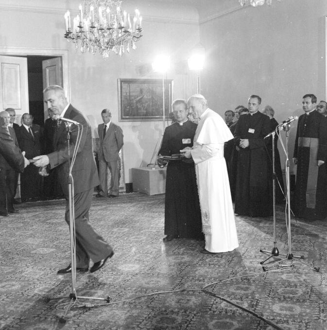 Spotkanie papieża Jana Pawła II z władzami PRL w Belwederze. Na pierwszym planie widoczni od lewej: I sekretarz KC PZPR Edward Gierek, sekretarz papieża, ks. Stanisław Dziwisz oraz Jan Paweł II