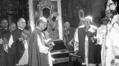1966-05-03 - Księża biskupi przed wzięciem obrazu. Widoczni m.in.: metropolita krakowski ks. arcybiskup Karol Wojtyła (1. z prawej, z pastorałem w ręku) i metropolita poznański ks. arcybiskup Antoni Baraniak (1. z lewej).