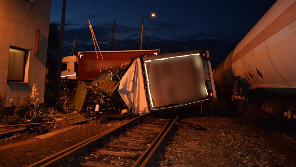 Pociąg uderzył w ciężarówkę. Rogatki były otwarte