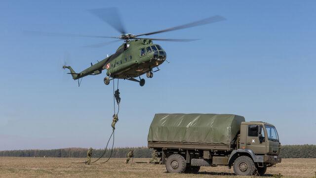 Desant na linach z pokładu Mi-8