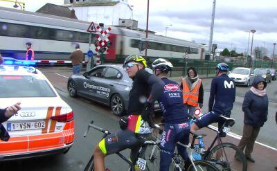 Pociąg zatrzymał kolarzy na trasie wyścigu Omloop Het Nieuwsblad