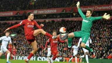 Liverpool nie zatrzymuje się. Pomógł błąd Fabiańskiego