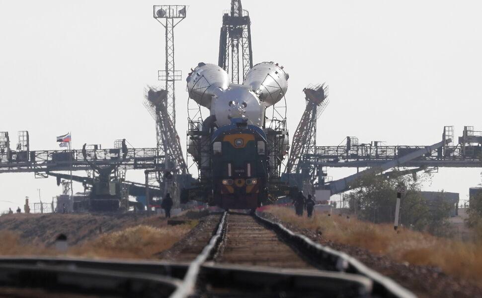 Rakieta ze statkiem Sojuz MS-15 w drodze na stanowisko startowe