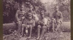 Sam Sandi w towarzystwie żołnierzy 12. Eskadry Wywiadowczej Armii Wielkopolskiej.