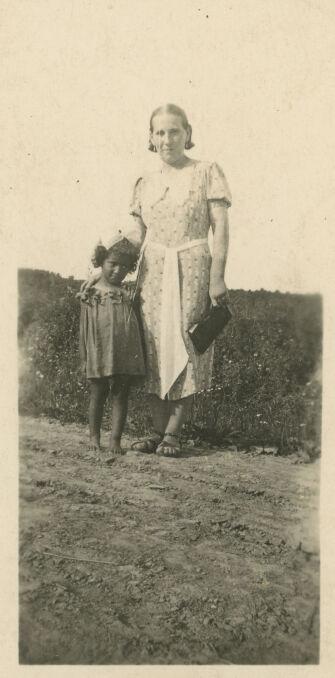 Gabrysia i Krystyna dorastały w Gniewkowie. Ojca widywały rzadko, ale były rozpieszczane prezentami.