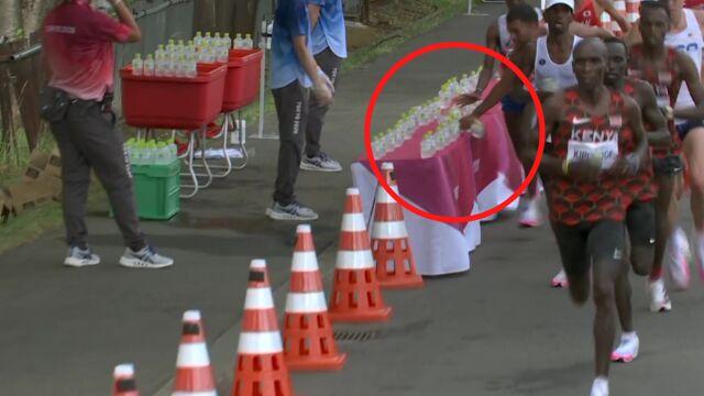 Szokująca scena na trasie maratonu olimpijskiego. Zawodnik zrzucił rząd butelek z wodą