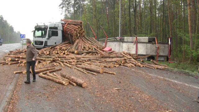 Policja: 70-latka wymusiła pierwszeństwo. Drewniane bale na drodze
