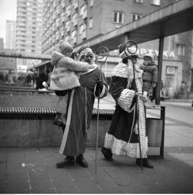 Dwóch Świętych Mikołajów w pasażu za Domami Towarowymi w Warszawie, rok 1976
