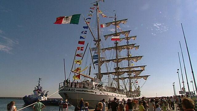 """Majestatyczny """"spadający orzeł"""" już w Gdyni. Pierwsi turyści na pokładzie"""