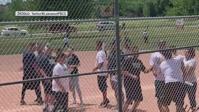 Bójka na dziecięcym meczu baseballa