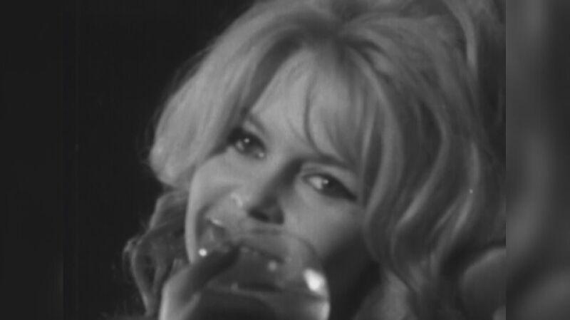 Brigitte Bardot na konferencji prasowej w 1956 roku