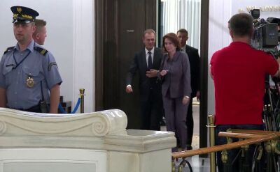 Donald Tusk wychodzi po spotkaniu klubu PO ws. taśm