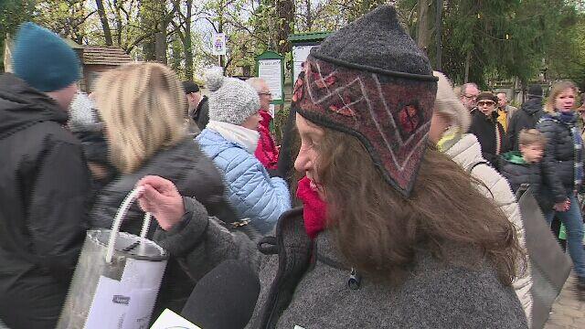 """""""Trzeba myśleć o tych, którzy odeszli"""". Znani kwestują w Krakowie"""