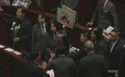 Kolejne wystąpienie Lam przerwane. Posłowie przynieśli białe kwiaty