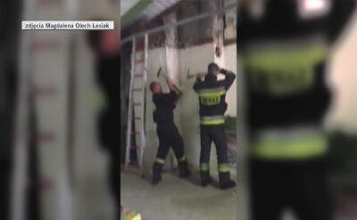 Ratownicy musieli wybić dziurę w kominie