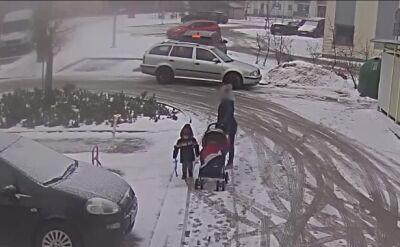 Cofała na parkingu, wysiadła i wpadła pod koła swojego auta