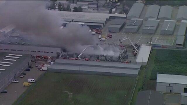 Pożar hali magazynowej widziany z powietrza