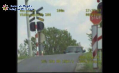 """Kierowcy ignorują znak """"stop"""" przed przejazdem kolejowym. Policja pokazuje nagranie"""