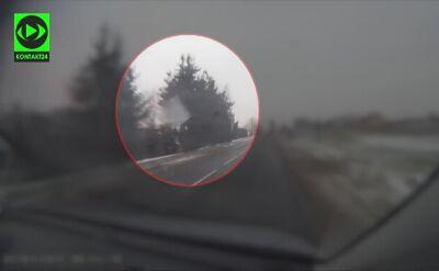 Z samochodu ciężarowego osunęła się bryła lodu