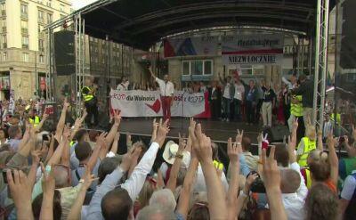 """""""Mazurek Dąbrowskiego"""" na manifestacji KOD"""