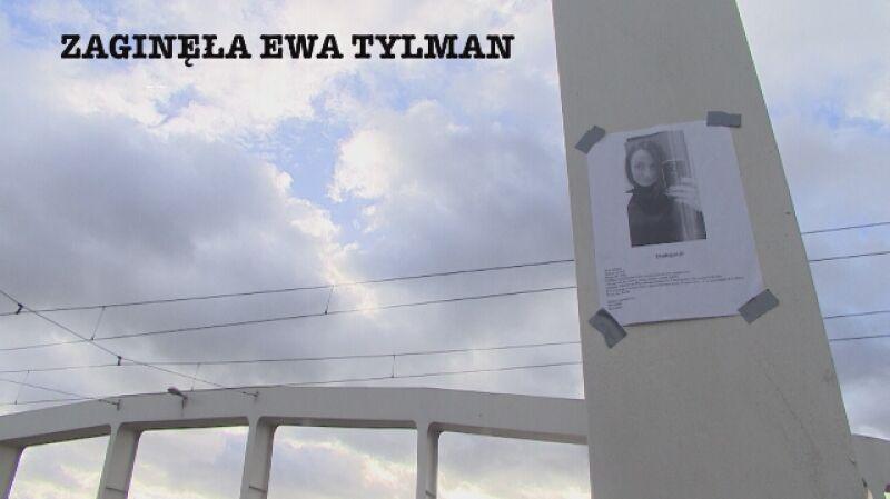 Po zaginięciu dziewczyny, w całym mieście rozwieszane są plakaty o jej zaginięciu
