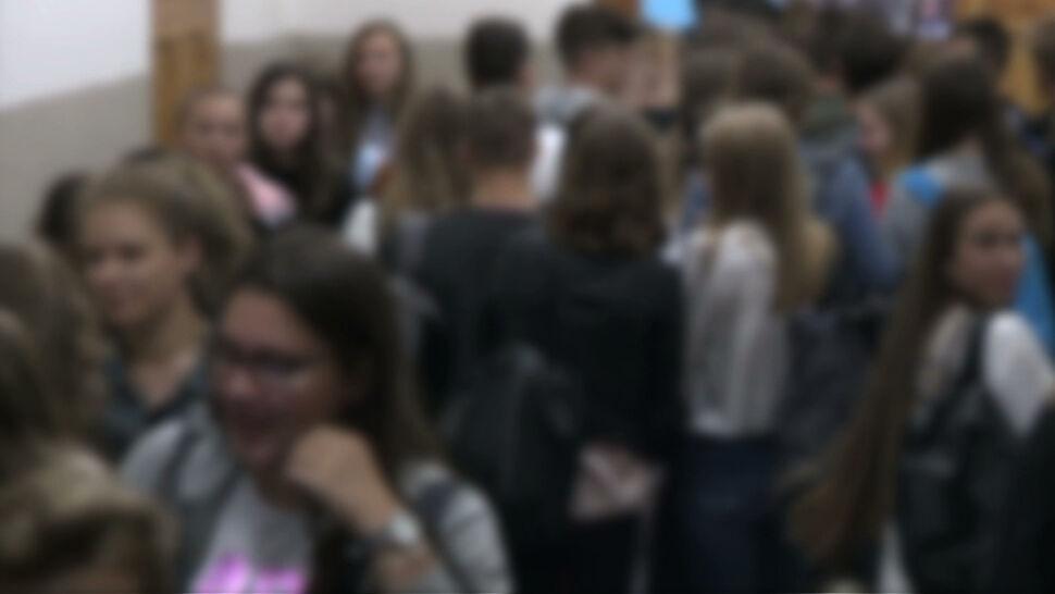 """Tłok na korytarzach, pełne klasy i lekcje do wieczora. Uczniowie """"narzekają, że są już zmęczeni o tej godzinie"""""""